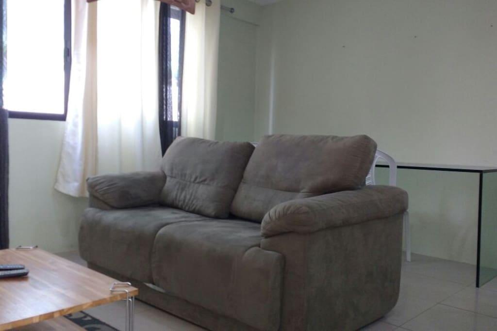 Sofá-cama e Mesa para Refeições com 02 Cadeiras e Jogo Americano.