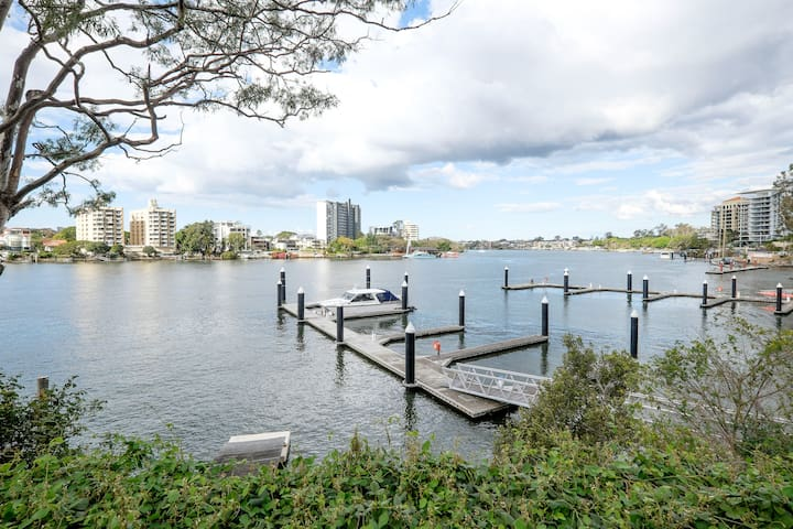 Waterfront  w/ Parking - Kangaroo Point - Apartment