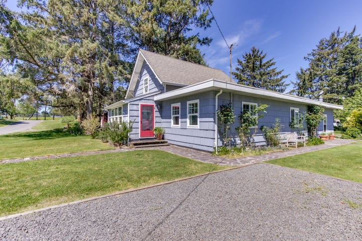 Beautiful, dog-friendly cottage w/ large yard - just a few blocks from the beach