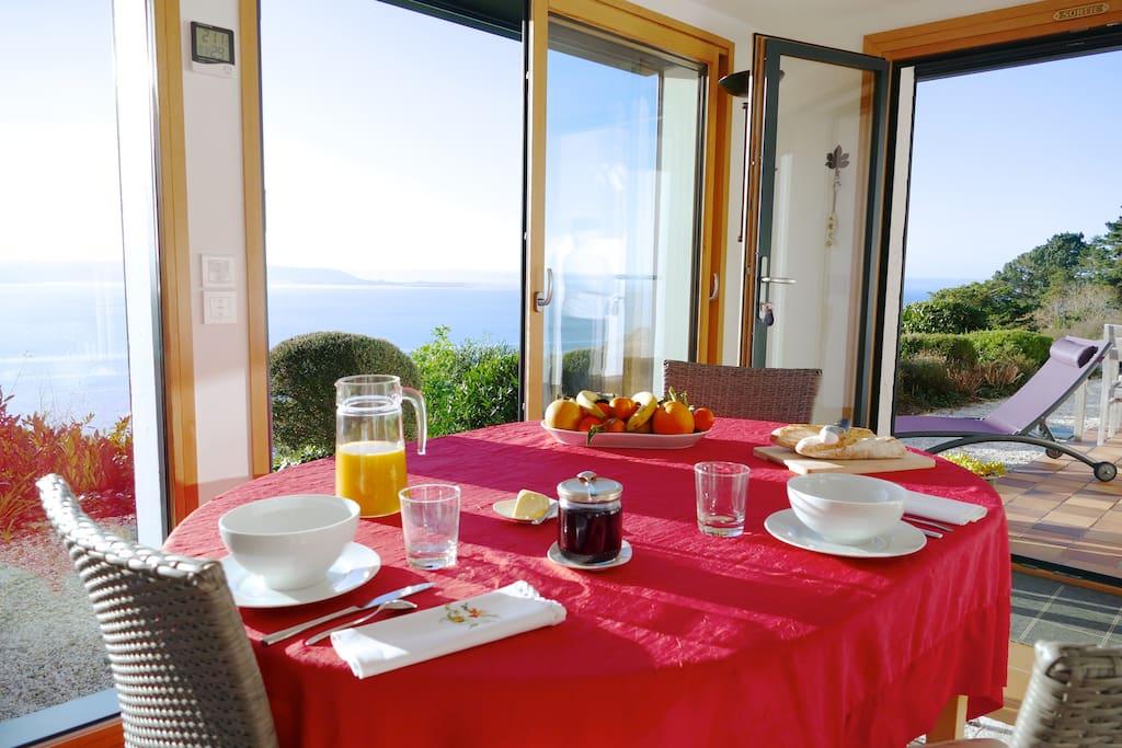 Séjour ouvert sur la mer et la terrasse.