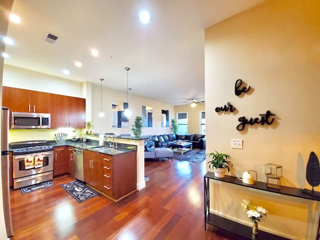 Luxury Condo,City Living,in the Center of it ALL!