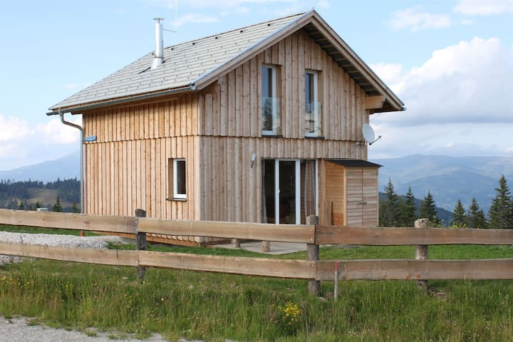 New detached chalet in a chaletpark, in the winter on the slopes