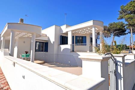 Casa vacanza a pochi metri dal mare - Torre Suda - บ้าน