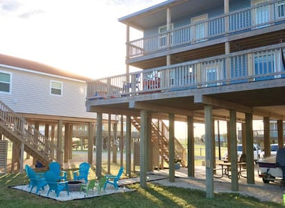 Los Swanos,        Beach Front Home - Surfside Beach