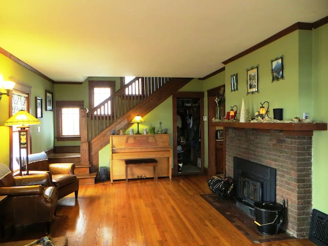 Warm & Inviting Room Dwtn Lakefront Home! - Madison - House