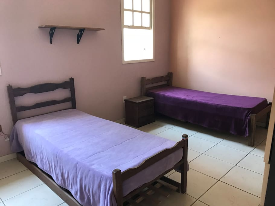 Quarto 1 - suíte - com possibilidade de colocar mais uma cama ou colchão no chão.