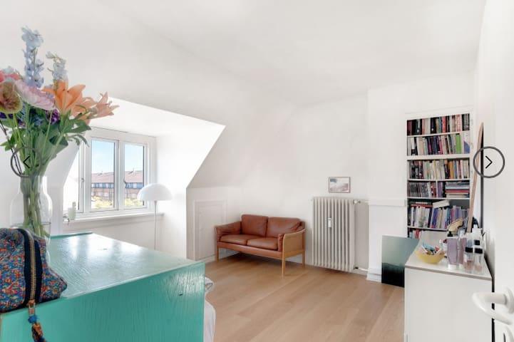 Lys 1 værelses lejlighed lige ved Frederiksberg