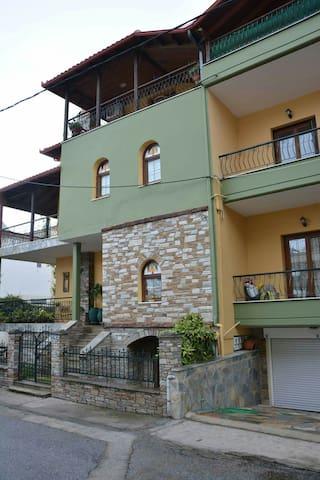 Σπίτι στην είσοδο του Λιτοχώρου με μπαλκόνι.