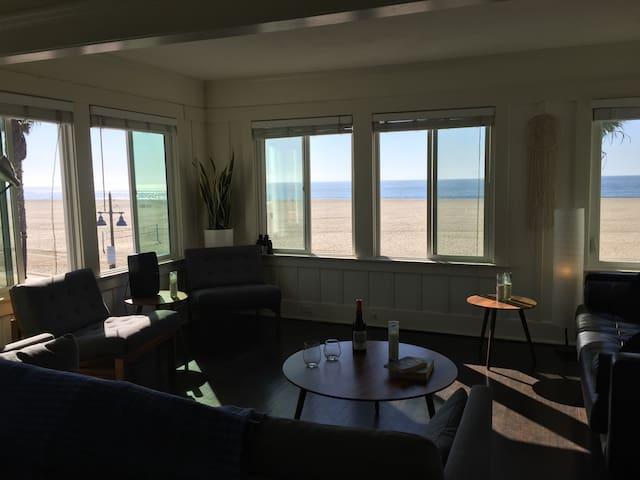 VENICE BEACH OCEAN-FRONT PENTHOUSE (2 park spcs!)