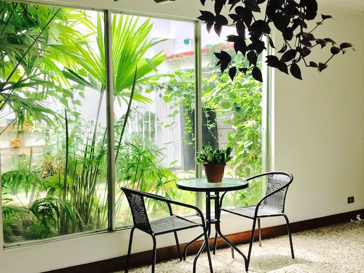 PRIVATE ROOM IN BANANA HOUSE URBAN GARDEN
