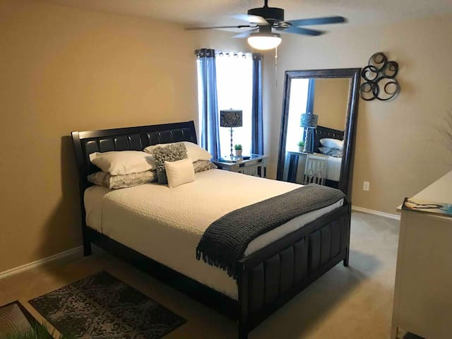 Room close to seaworld and Air Force Base