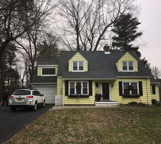 1 BR in Cozy Yellow House