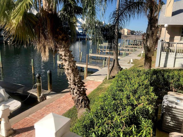 Island Condo on Canal Steps to Schlitterbahn