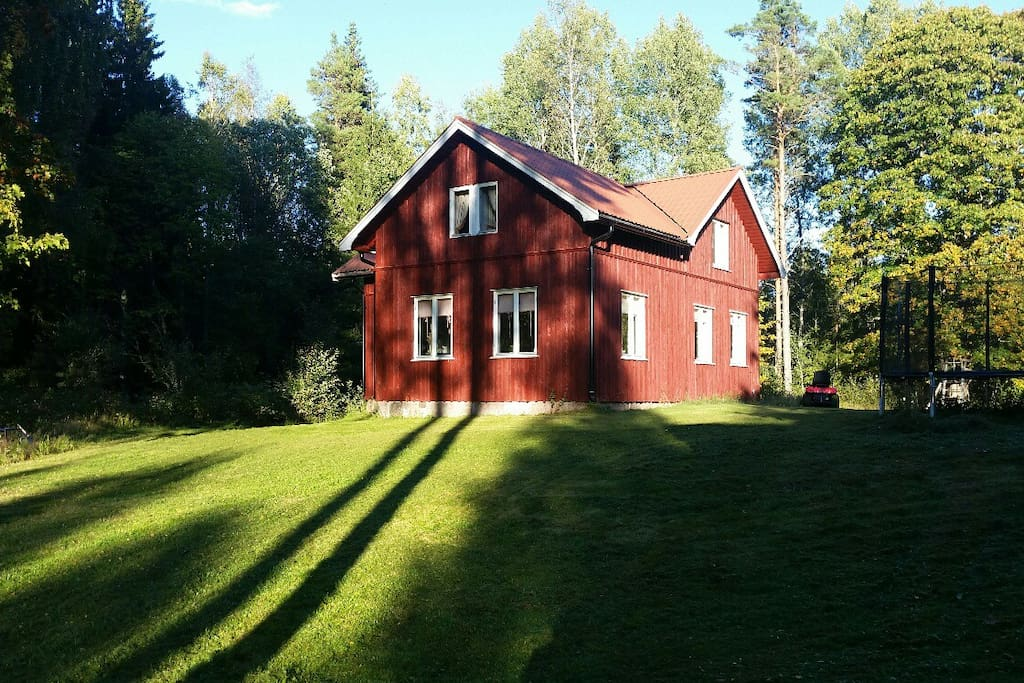 Countryside cottage, 200 meters from lake, no neighbors, big lawn, lots of sun all day (08-22).