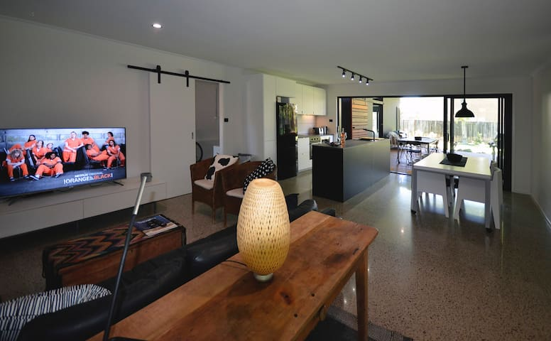 New Marcoola beach house, 1 min to surf club, pets