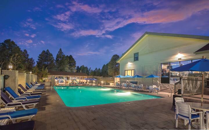 AMENITY-PACKED RESORT    Pool   Golf   Lounge