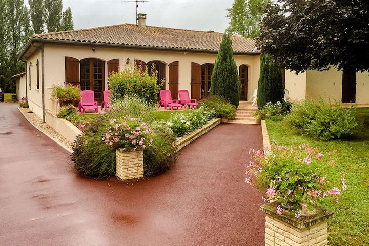 Spacious comfortable Villa in a big park garden close to the Dordogne.