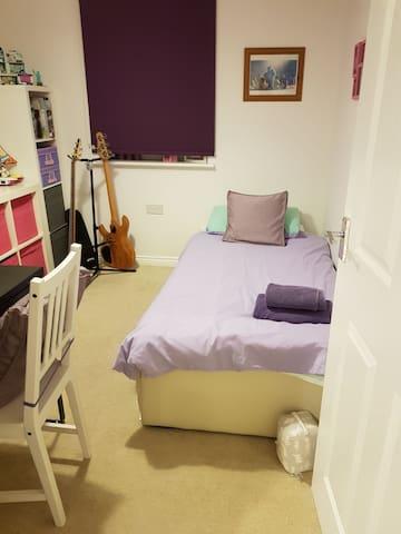Cute little room - South East Edinburgh