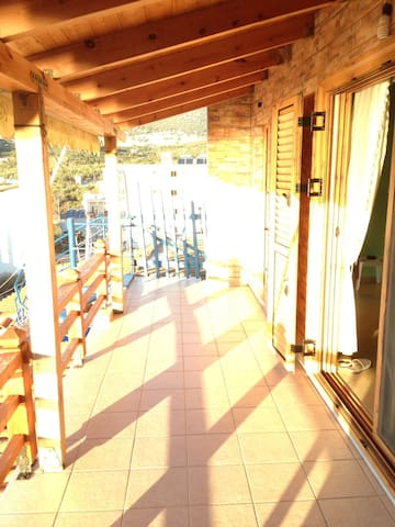Stunning beach view, sun, new large apartment! - Himarë - Leilighet