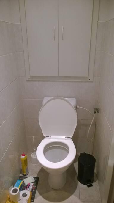 Záchod.