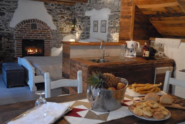 chalet in  pietra e legno con caminetto