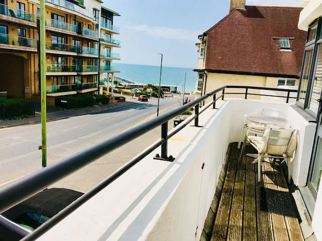 Beach Haven 200m from the sand & Sea View Balcony