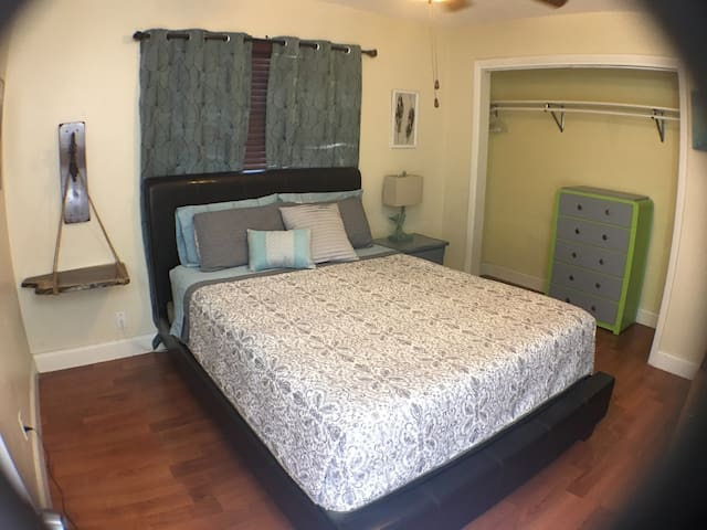 Memory Foam Queen Bed w/rustic furniture - Lauderdale Lakes - Hus