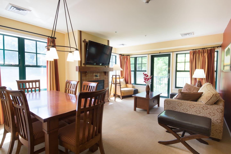 Spacious Living Room -Mountain View!