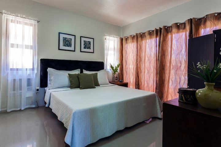 Cozy accommodations @ Ricarte's Hill Garden Resort - นาซักบู - ที่พักพร้อมอาหารเช้า
