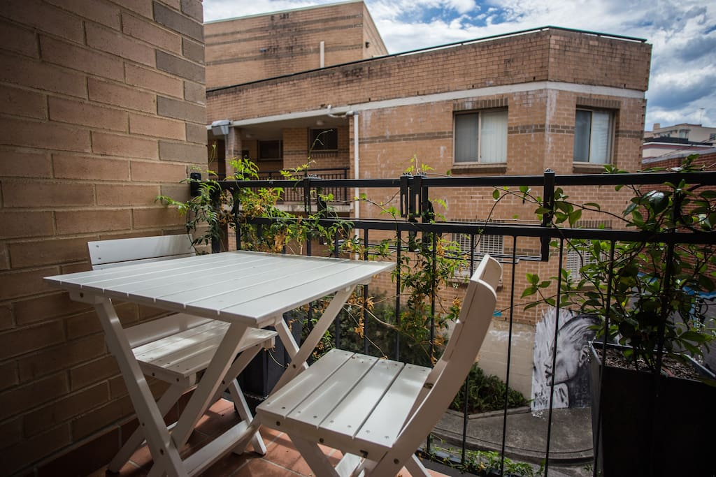 Private balcony with SOOO much sun! Welcome to Sydney! Great space to relax :)