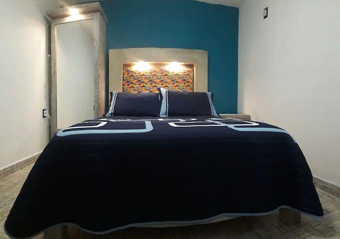 Azul, habitación  privada cerca del centro.