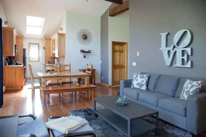 Bright & Cozy Penthouse Condo