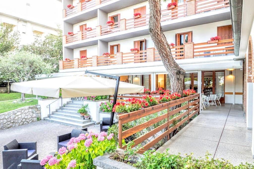 Accesso alla Sala da Pranzo ed alla Terrazza - utilizzata per la colazione del mattino. Privo di barriere architettoniche, l'albergo consente l'accesso a tutti gli spazi agli ospiti diversamente abili.