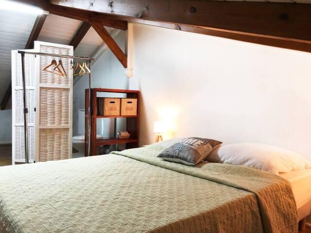 Chambre à l'étage. Climatisée. Toilettes et lave main  .Lit double  140m et un lit gigogne pour enfants.