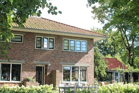 B&B  - Sauna D'Olle Pastorie (The Old Vicary) - Vierhuizen - 家庭式旅館