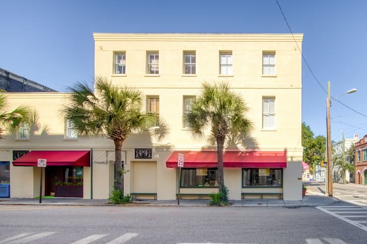 Air-conditioned condo with WiFi in the heart of downtown - walk everywhere!