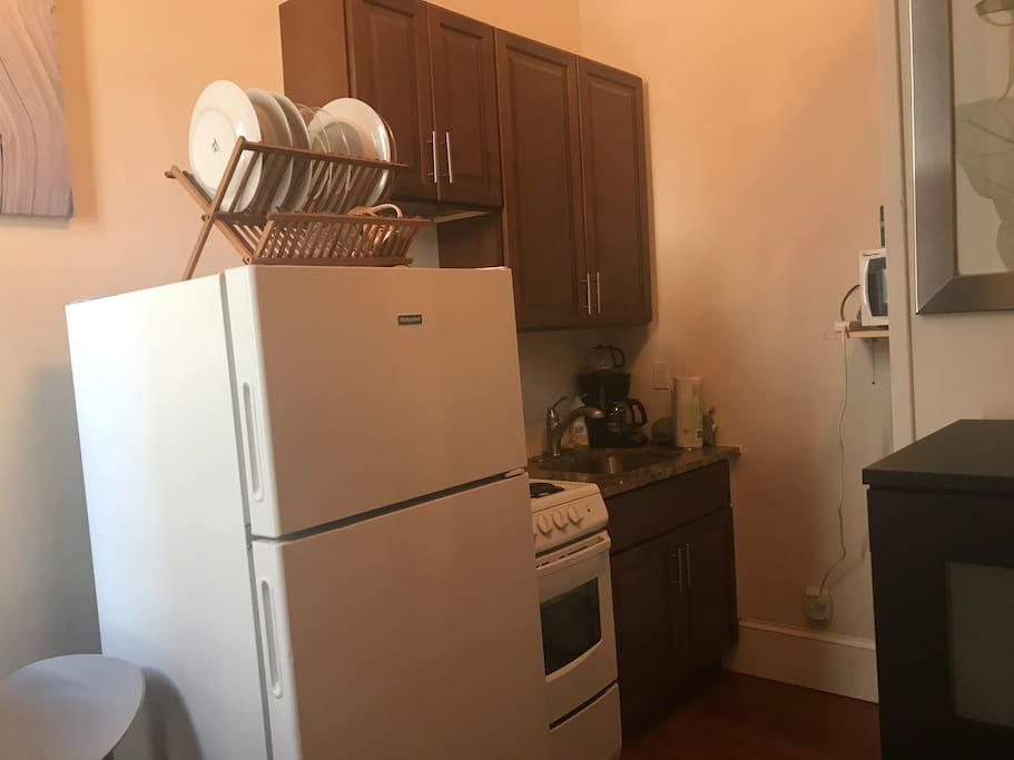 Small, clean kitchen. (Fully equipped)