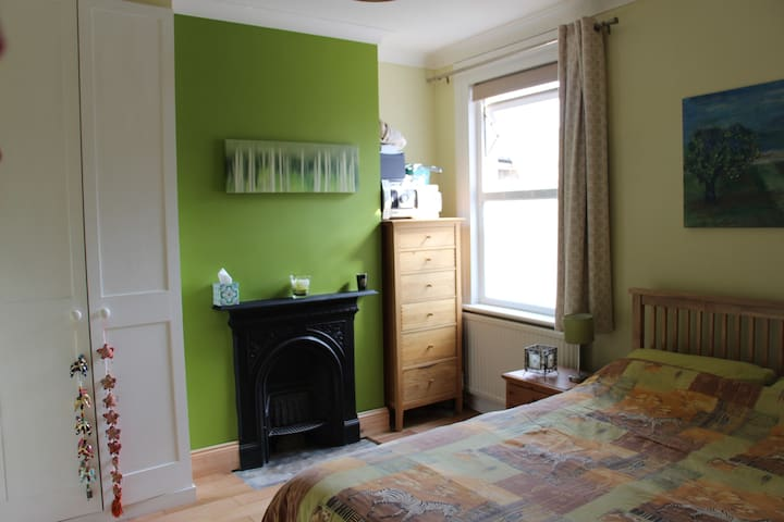 Lovely & quiet double room in South Wimbledon - Londen - Huis