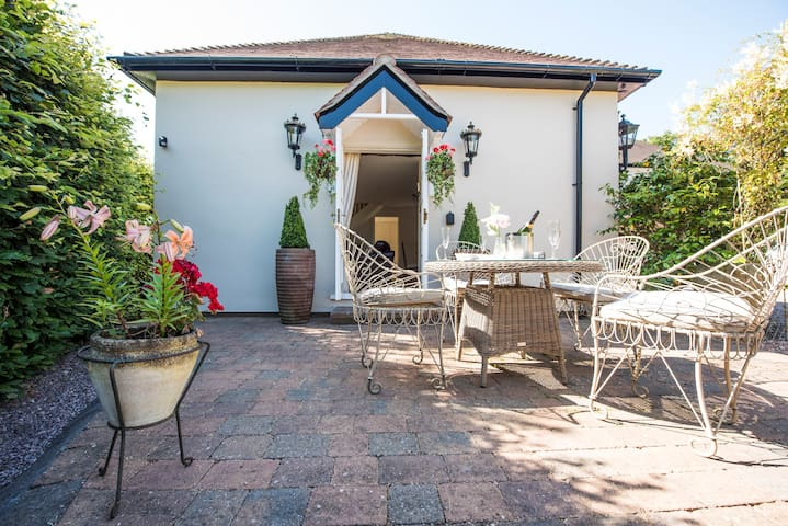 Chester Camelia Cottage Fab Location  5 ⭐️ reviews