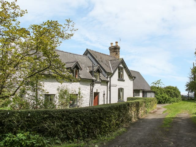PENYMAES, family friendly, with open fire in Bronygarth, Ref 916332