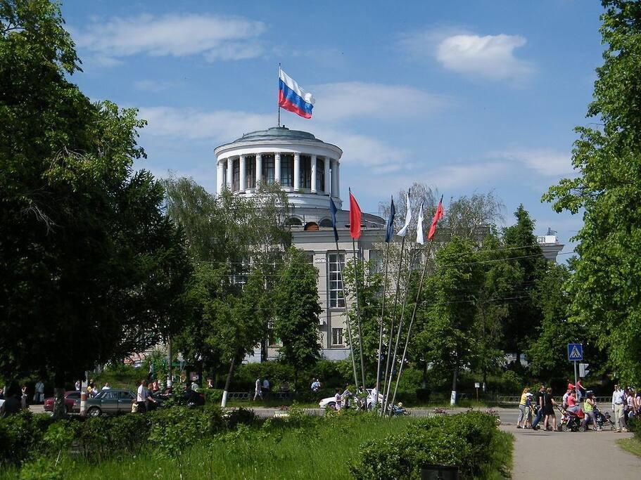 Дворец Культуры Химиков -визитная карточка города, там же рядом расположен сквер, ТЦ и городской парк