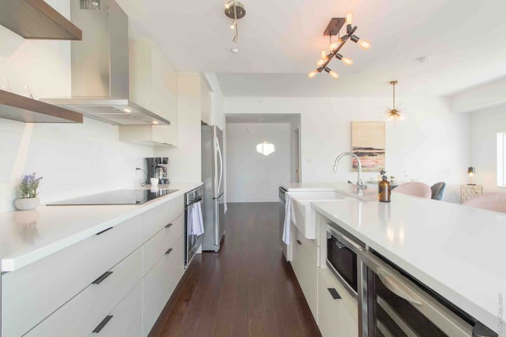 Stunning 2 Bedroom Condo- Prime Downtown Location