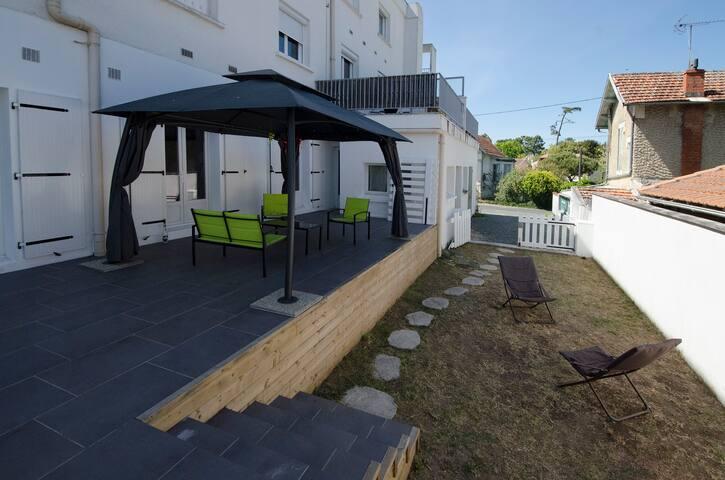 Appartement rez de jardin + terrasse proche plage