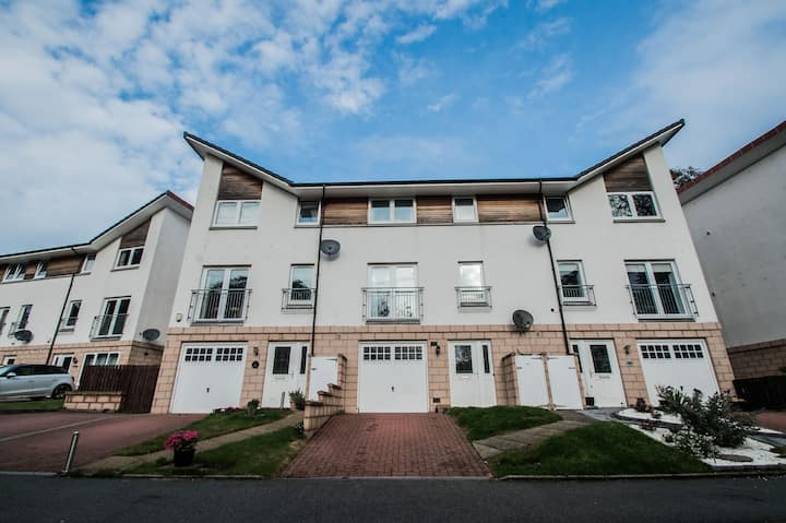 Stunning 5* 4 Bedroom Townhouse Serviced Apartment