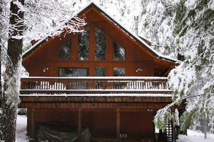 Gorgeous Sierra Ski Chalet w/ greatroom! - อาร์โนลด์ - กระท่อม