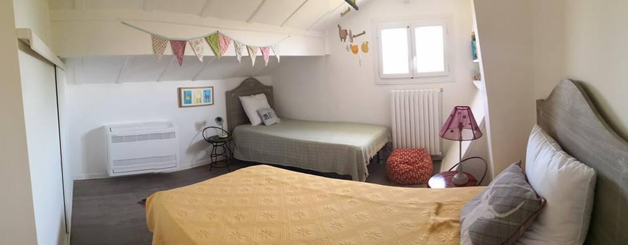 Troisième chambre à l'étage avec deux lits une place