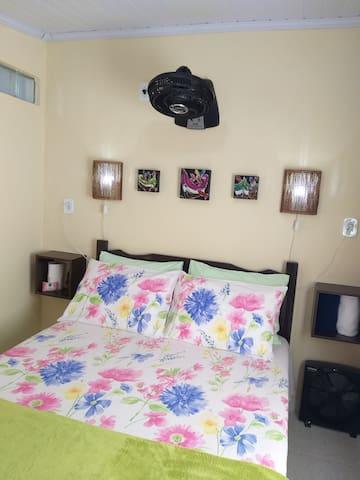 Confortável cama de casal com lençóis 100% algodão.