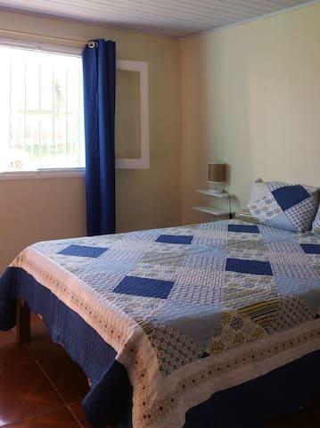Dormitorio grande con cama matrimonial