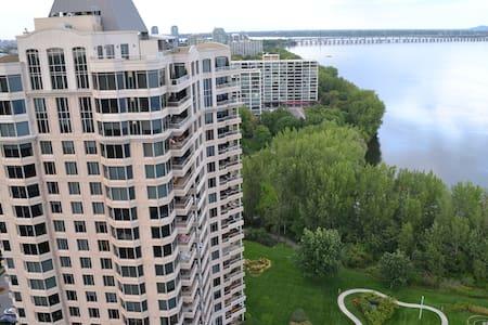 Luxurious Riverside Condo - Montréal