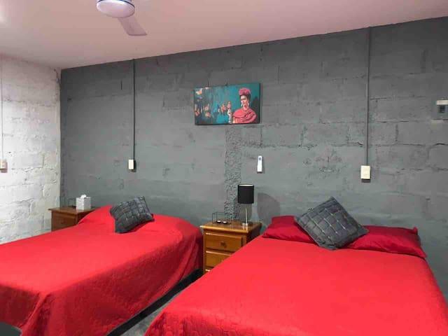 El dormitorio cuenta con 2 camas matrimoniales, burós con cajonera para guardar objetos personales y aire acondicionado.